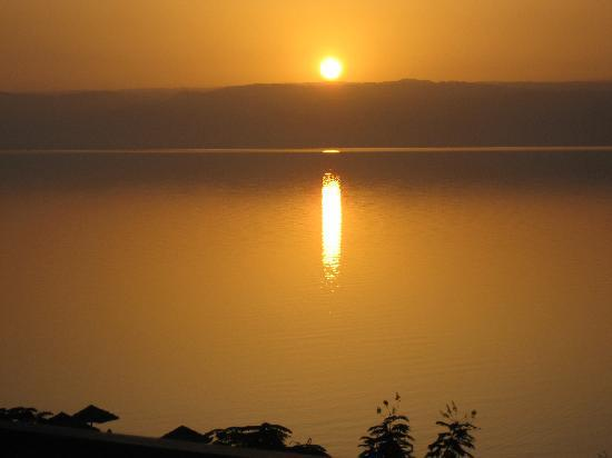 Jordan Valley Marriott Resort & Spa: Sunset over the Dead Sea from Hotel Grounds