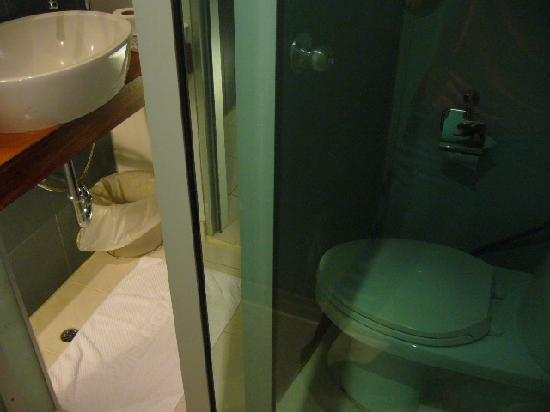 Swana Bangkok Hotel: sink & toilet are really close!