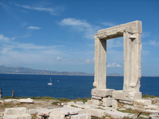 นักซอส, กรีซ: The famous Portara next to Naxos Town