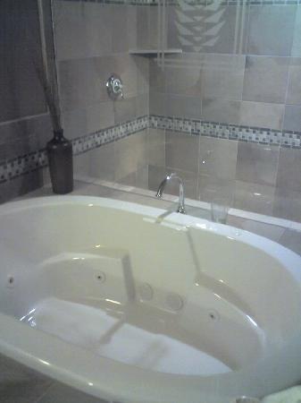 Secrets Inn: the tub