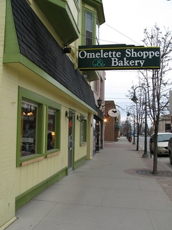 Omelette Shoppe & Bakery: Looking towards town