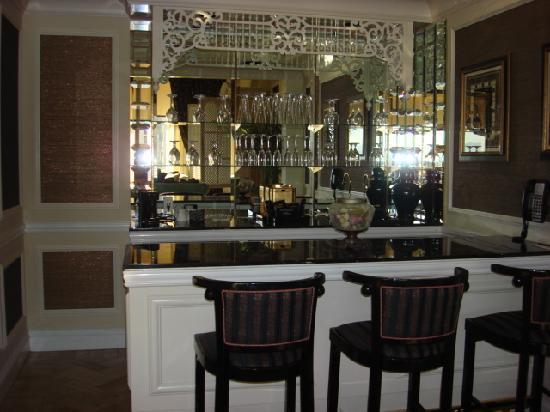 golden nugget hotel spa suite bar area