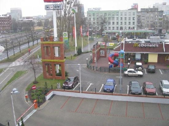 Qubus Hotel Lodz: Parking, MCdonald and Shell