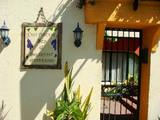 Casa Tuscany Inn: Entry