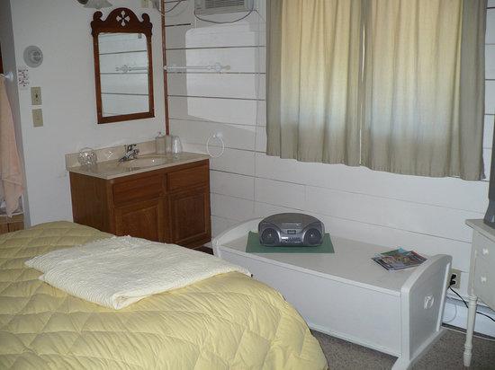 Thunder Valley Inn: Bed/Sink