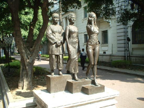 Shamian Island : One of many interesting statues