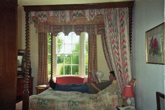 Corse Lawn, UK: a guestroom