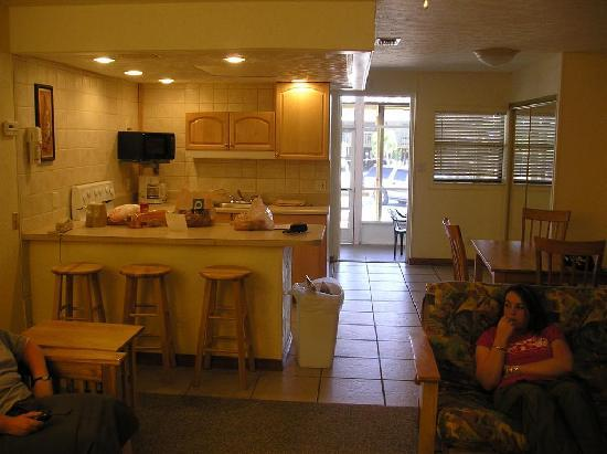 The Captain's Table Lodge: Kitchen and eating areas, screened porch beyond