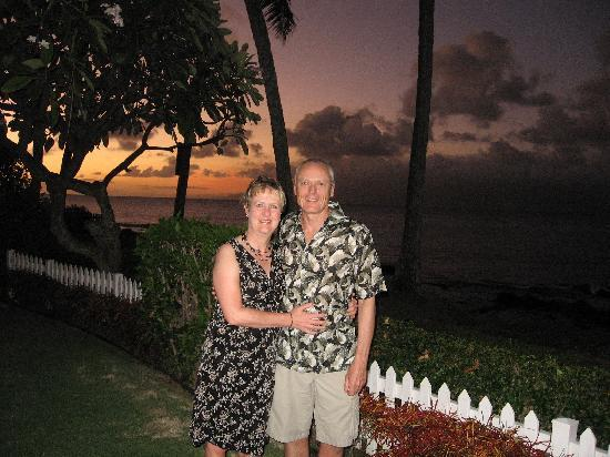 Napili Surf Beach Resort: On the grounds before going to eat at Chez Paul