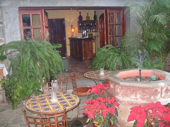 Todos Santos Inn: Breakfast Patio & Wine Bar