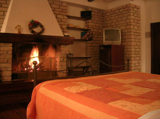 Assergi, Italia: romm with fitted fireplace