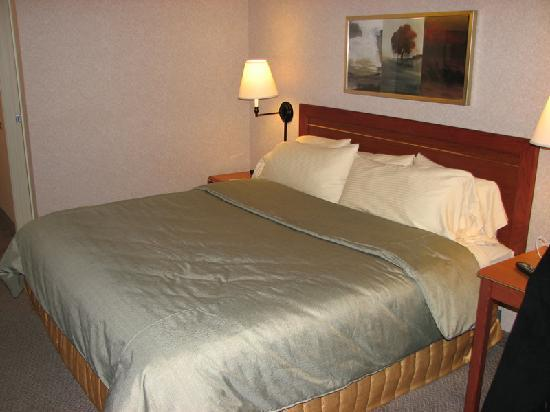 Silver Cloud Inn Redmond: Comfortable king size bed