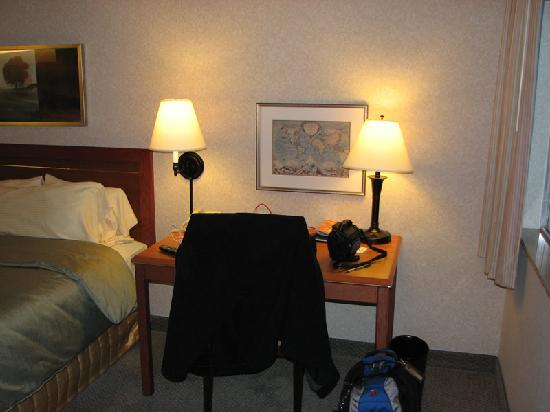 Silver Cloud Inn Redmond: Good size work desk with FREE wired Internet access