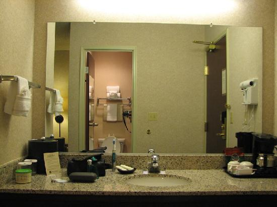 Silver Cloud Inn Redmond: Spacious vanity area and coffee maker