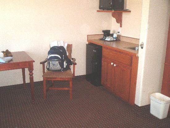 Comfort Inn Warrensburg Station: kitchen/table area