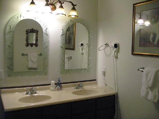 Echo Canyon Spa Resort: Double Vanity