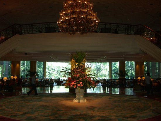 Makati Shangri-La Manila: lobby in the morning
