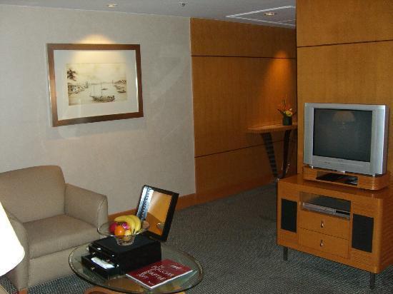 Makati Shangri-La Manila: suite room view 3