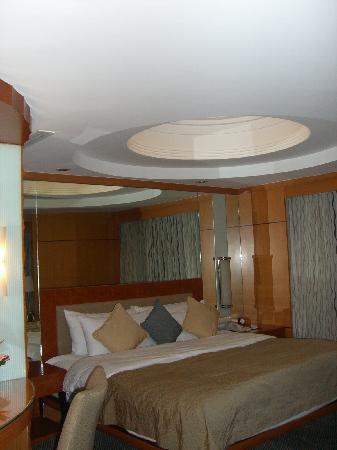 Makati Shangri-La Manila: suite room view 4