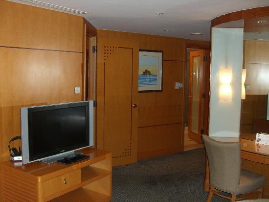 Makati Shangri-La Manila: suite room view 5