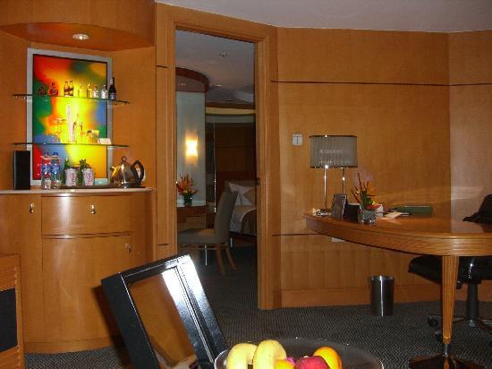 Makati Shangri-La Manila: suite room view 6