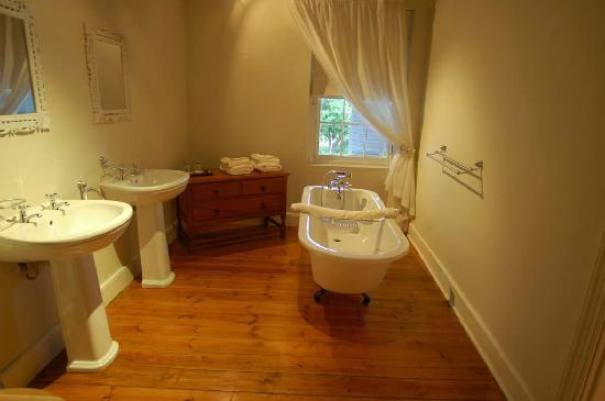 Swartberg Country Manor: Bathroom in historic building