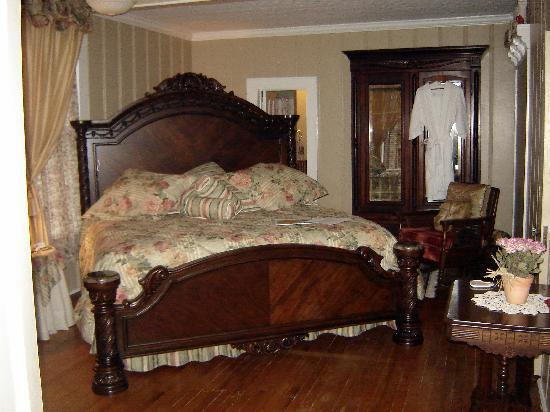 Benefield House Bed & Breakfast: Lovely Cardinal Room