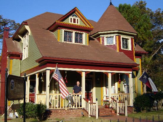 Benefield House Bed & Breakfast: Morning exterior