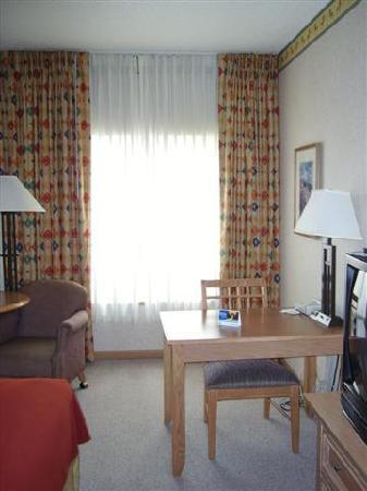 Holiday Inn Express & Suites Elko: Desk Area in Room