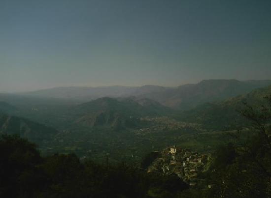 Villa Valview Holistic Retreat: The view over Motta Camastra and Francavilla di Sicilia