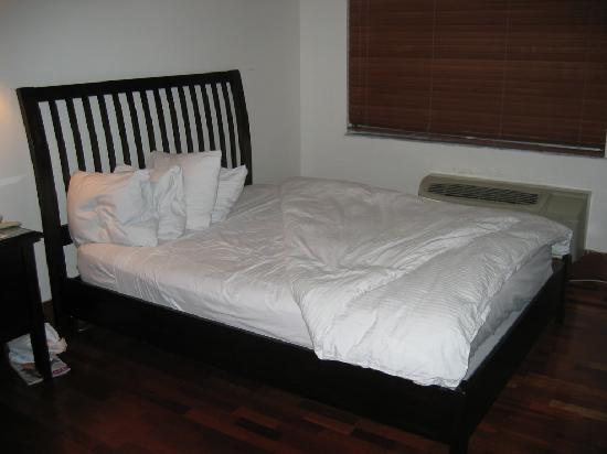سنشري هوتل: Queen-sized bed