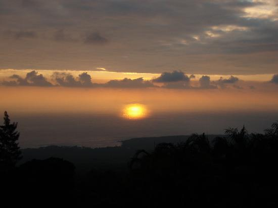 Aloha Guest House: Sunset from the lounge