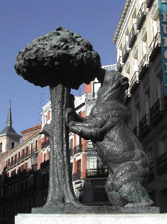The bear and the strawberry tree at puerta del sol for Comunidad del sol