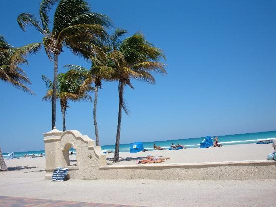 Hollywood Beach: Angelo's Corner- beach entrance