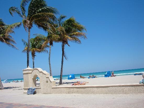 Ακτή Χόλιγουντ: Angelo's Corner- beach entrance