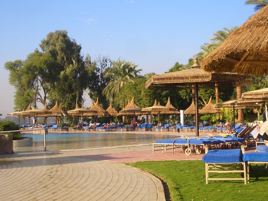 Jolie Ville Hotel & Spa - Kings Island, Luxor: The Infinity pool sunbeds