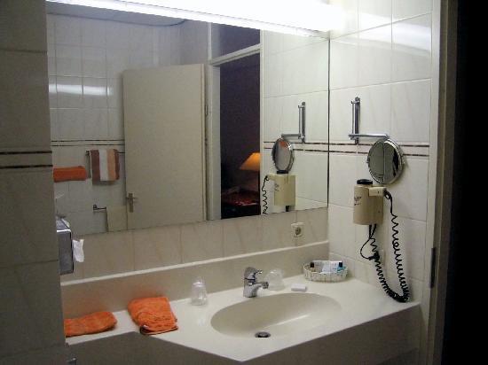 Fletcher Landhotel Bosrijk Roermond: Room 78 Bath vanity - excellent lighting