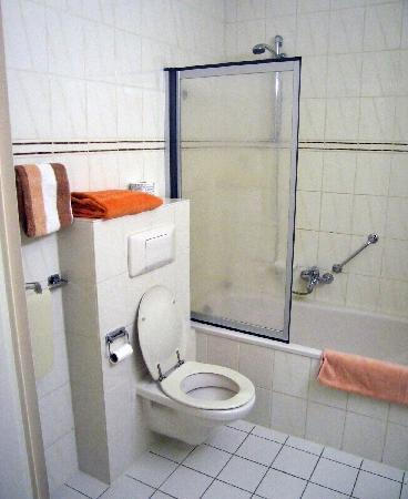 Fletcher Landhotel Bosrijk Roermond: Room 78 Bathroom - combination tub and shower