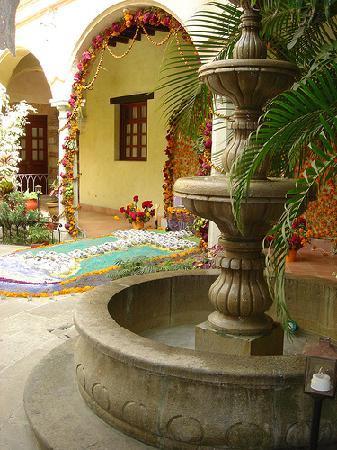 Hotel CasAntica:  Schöner Tag an Allerseelen - Altar im vorderen Hof