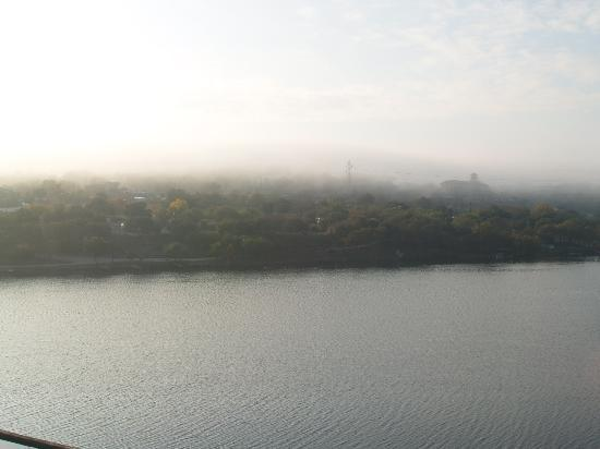 Hampton Inn Marble Falls-On The Lake: Looking out straight from the pool area as low morning clouds start to roll in