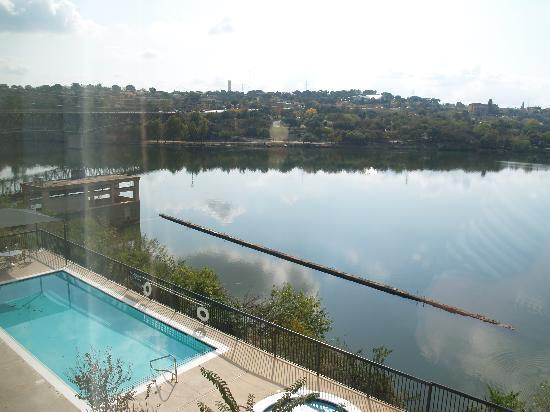 Hampton Inn Marble Falls-On The Lake: Pool and hot tub from our room