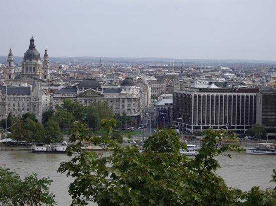 Sofitel Budapest Chain Bridge: Overlooking the Hotel Sofitel from the Palace