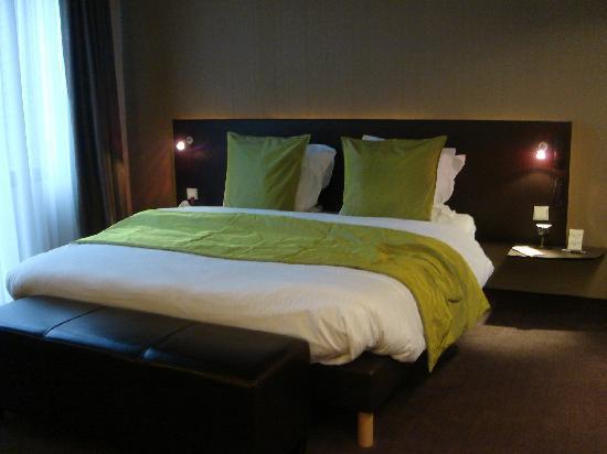 Hotel Harmony: The amazing bed!