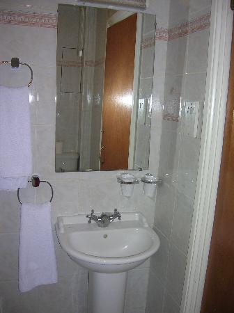Alexandra Hotel: Lavabo (Derrière la porte)