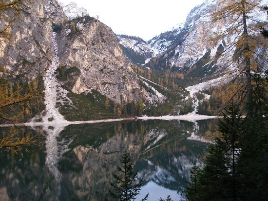 Hotel Pragser Wildsee: The Lake