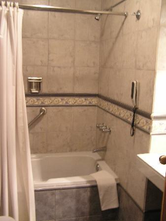 Victoria Regia Hotel & Suites: Bathroom View #2