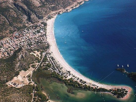 Ολουντενίζ, Τουρκία: paragliding down over Oludeniz