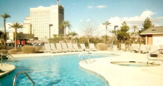 Holiday Inn Express Henderson: Pool/Jacuzzi w/ view of Sunset Station