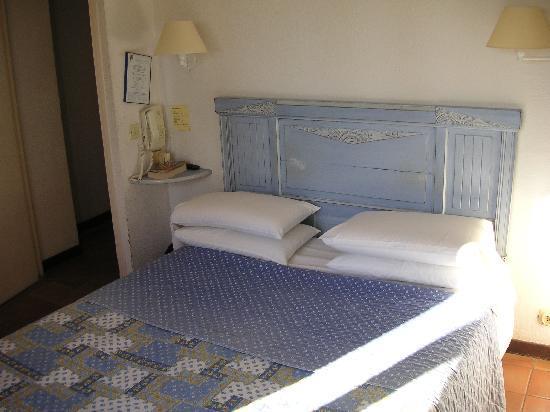Auberge du Colombier : Bedroom, very tired but clean