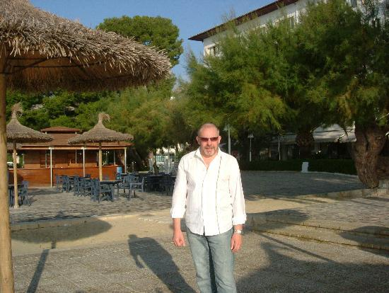 Hotel Illa d'Or: Outside bar area, closed in November